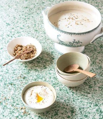 Crème de chou-fleur au lait de coco, œuf mollet et dukkah